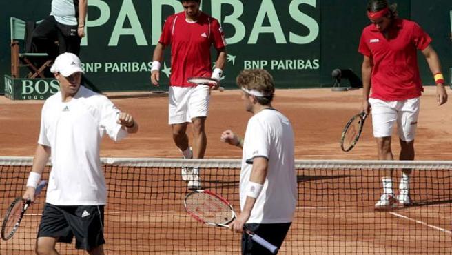 Los estadounidenses Mike Bryan (i) y Mardy Fish (2d) y los españoles Fernando Verdasco (2i ) y Feliciano López, en acción. (EFE)