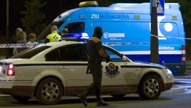 La Ertzaintza inspecciona la zona del atentado (EFE)