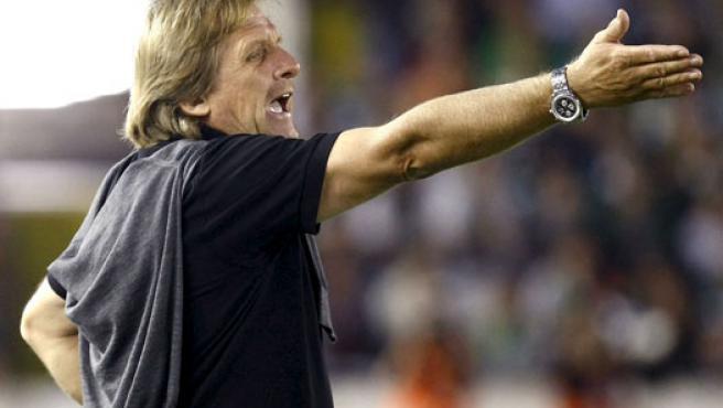 Bernd Schuster da instrucciones durante un partido. (EFE)