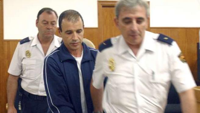 Los policías custodian al marroquí Kassen E.Y., condenado por matar a una niña de 7 años. (EFE)