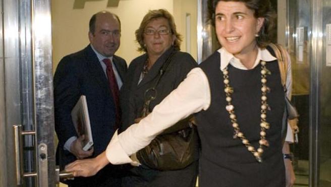 María San Gil, saliendo de la sede del PP en San Sebastián. (EFE)