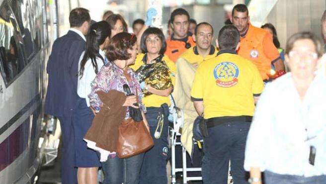 Los servicios de emergencia atienden al bebé y a la madre a la llegada del AVE a la estación de Atocha. 20MINUTOS/JORGE PARÍS