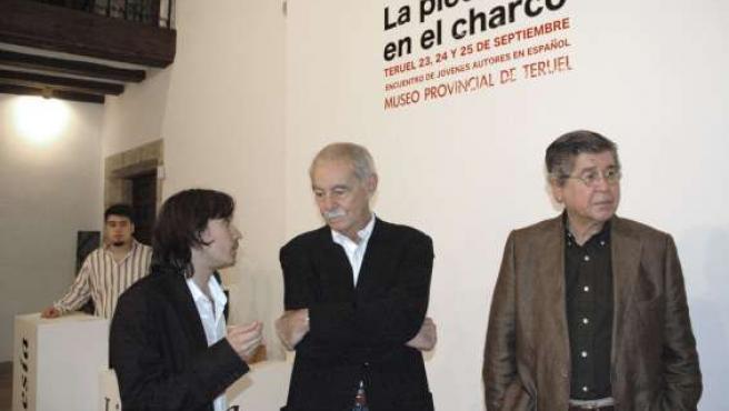 Los escritores Eduardo Mendoza (c) y Alfredo Bryce Echenique (d) fueron recibidos hoy en el Museo de Teruel. (EFE)