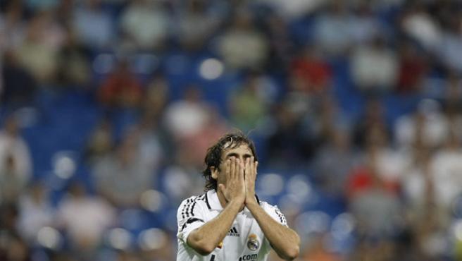 Raúl se lamenta en el Bernabéu. (EFE)