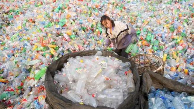 Vertedero de envases de plástico.(ARCHIVO)