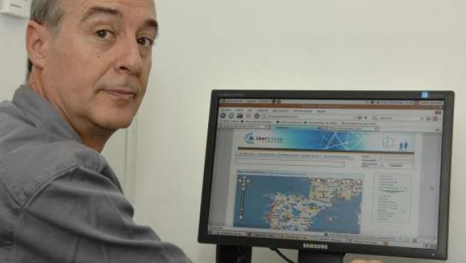 Javier Barquín, uno de los participantes de Ibercivis en Málaga, junto a uno de los ordenadores vinculados al sistema.