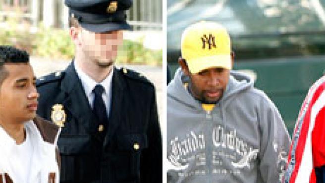 Cuatro 'latin kings' acusados de violar a una menor, en el momento en que llegaban a los juzgados en Barcelona en marzo de 2007 (EFE).