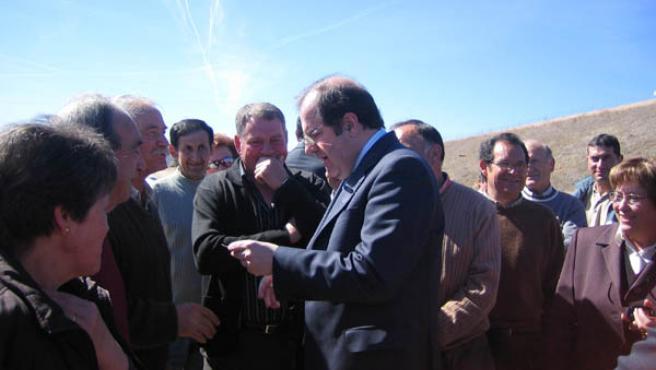 El presidente de la Junta, Juan Vicente Herrera conversando con los vecinos de la zona