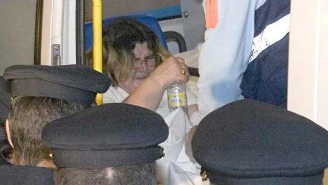 Isabel Garcia, la mujer de Santiago Del Valle, presunto asesino de la niña Mariluz Cortés, cuando era trasladada al hospital. (JULIÁN PEREZ / EFE).