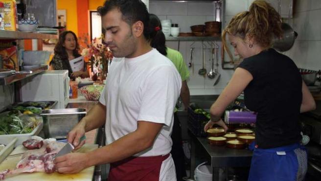 Varios cocineros trabajan en la cocina del restaurante Hicuri de Granada.