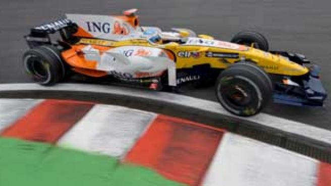 El piloto de Renault Fernando Alonso en su R28. Agencias.