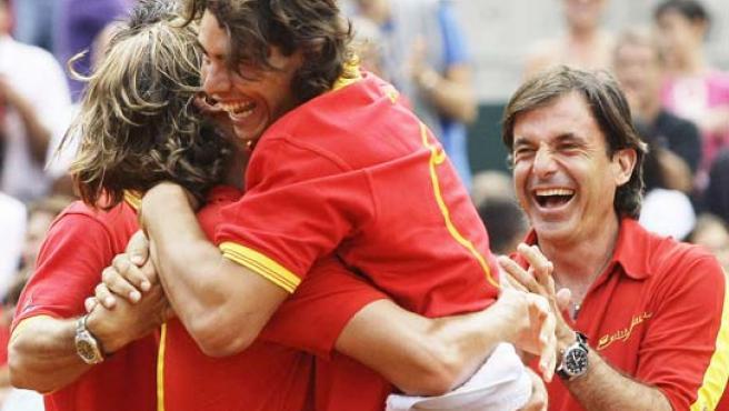 Nadal celebra el triunfo con el resto del equipo español de Davis. (EFE)