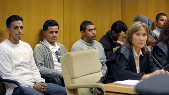 Los acusados de matar al joven ecuatoriano, durante un juicio a Latin Kings. (ARCHIVO)