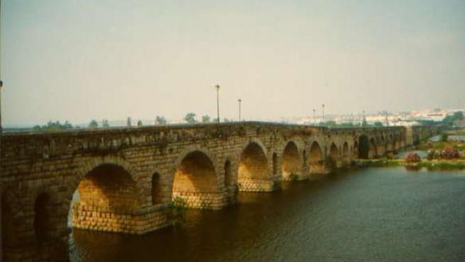 Puente romano de Mérida, uno de los lugares por los que trancurre la vía de la plata. (WIKIPEDIA)