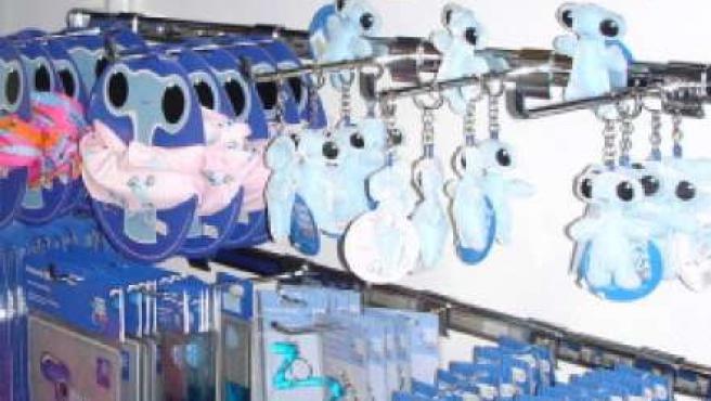 Varios productos oficiales de la Expo, en una de las tiendas de Ranillas.