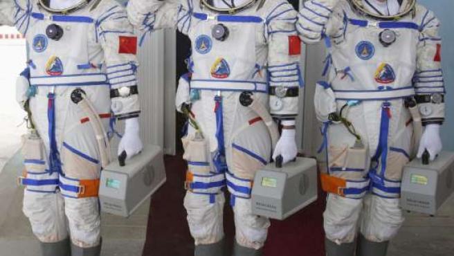 Los astronautas Jing Haipeng, Zhai Zhigang y Liu Boming, preparados para su viaje espacial. (REUTERS).
