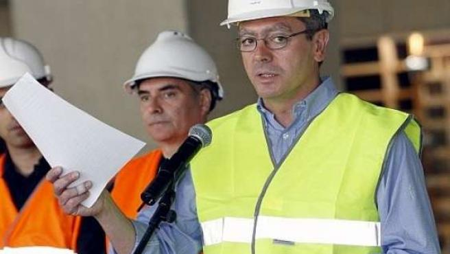 Alberto Ruiz-Gallardón con el casco de obra. (ARCHIVO)