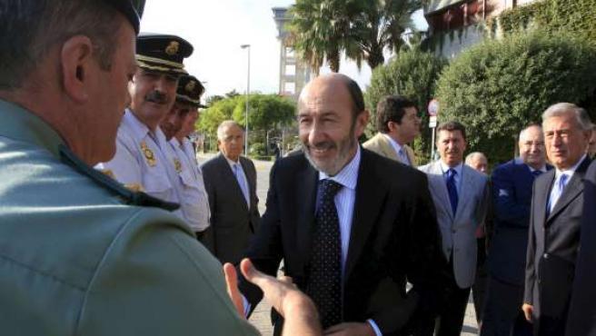 El ministro del Interior, Alfredo Pérez Rubalcaba, saluda a Marcial Vázquez, teniente coronel de la Guardia Civil de Algeciras. (EFE)