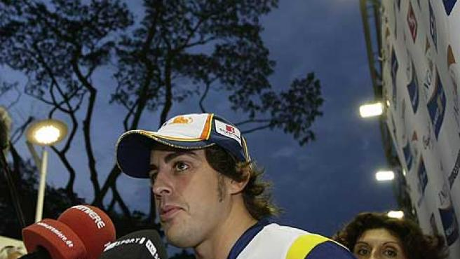 Fernando Alonso atiende a los medios en la noche de Singapur.