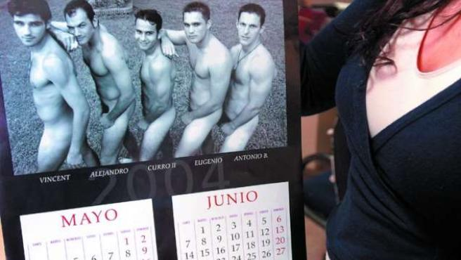 Una chica consulta una fecha en el calendario. (ARCHIVO)