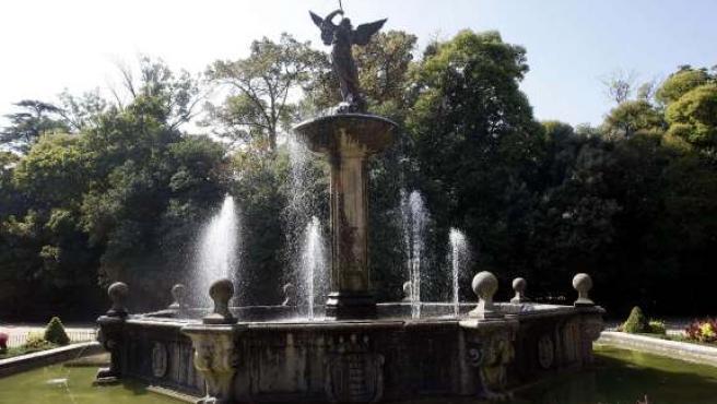Se colocó en 1883, en tiempos del alcalde Miguel Íscar y es obra de Mariano Chicote. Con posterioridad, se han realizado distintas reformas, como pintar de dorado la escultura en 1930.