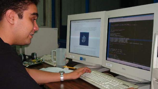 Un usuario ante su ordenador.