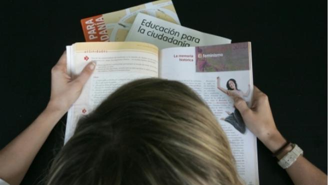 Una alumna con libros de la asignatura Educación para la Ciudadanía.