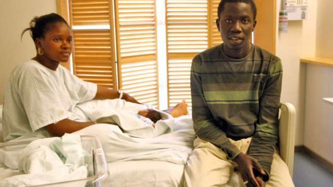 Diamanka Dienabou acompañada de su hija y su marido, Cheikh, en el Hospital Gregorio Marañón de Madrid. 20MINUTOS/JORGE PARÍS.
