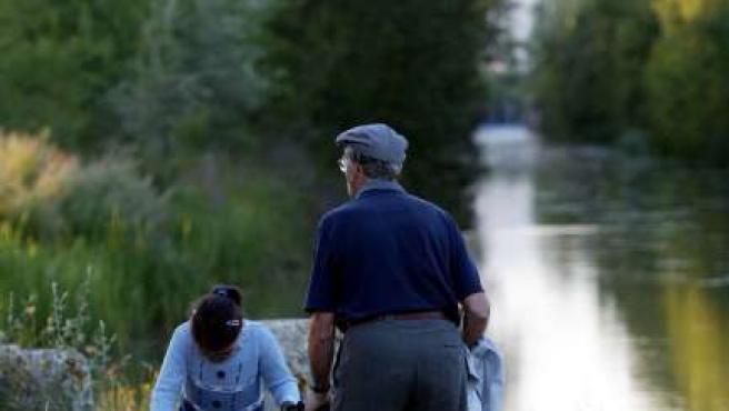 Paseo en familia por el Canal de Castilla en Herrera de Pisuerga.