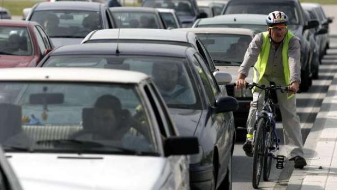 Coches y bicicletas comparten carretera y atasco. (ARCHIVO)