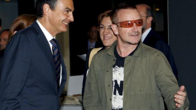 El presidente del Gobierno, José Luis Rodríguez Zapatero, conversa con el cantante Bono, líder del grupo musical U2. (Bernardo Rodríguez / EFE).