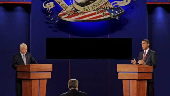 McCain (iz) y Obama durante el primer debate entre ambos. (EFE)