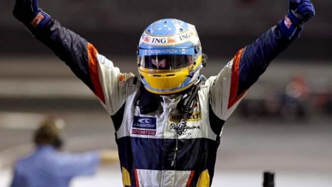 Fernando Alonso celebra el triunfo en Singapur. (EFE)