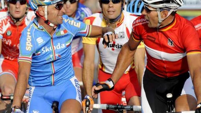Paolo Bettini (i) saluda al alemán Erik Zabel (d) en presencia del español Oscar Freire (Efe).