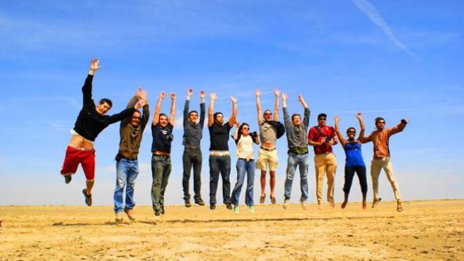 Un grupo de amigos saltando.