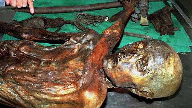 El 'hombre de los hielos', conocido como Ötzi, fue descongelado el 25 de septiembre de 2000 (REUTERS).