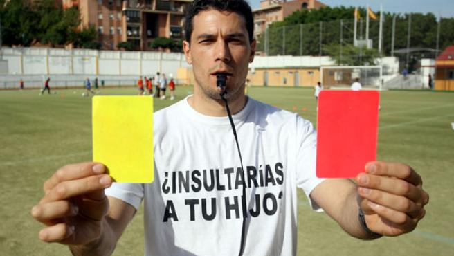 Ángel Jiménez muestra las dos tarjetas. (MARTÍN MESA)