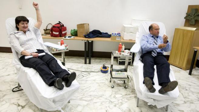 La portavoz de EHAK, Nekane Erauskin, y el secretario primero de la Mesa del Parlamento Vasco, Carmelo Barrio, del PP, donan sangre. (EFE)