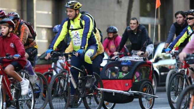 Ciclistas recorren las calles de Madrid. (FOTO: JORGE PARÍS)