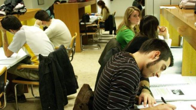 Imagen de archivo de un grupo de estudiantes universitarios en la biblioteca de su facultad.