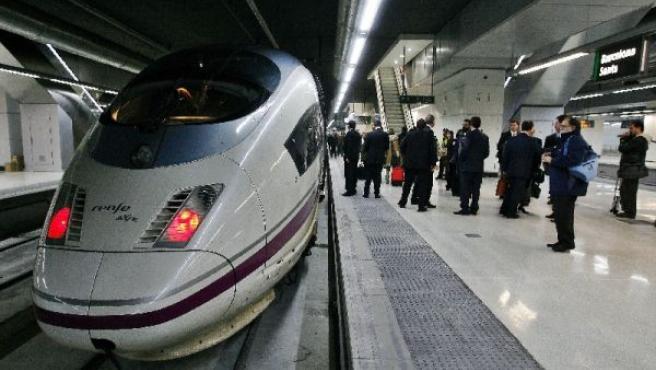 Un tren de alta velocidad preparado para efectuar la salida. (ARCHIVO)