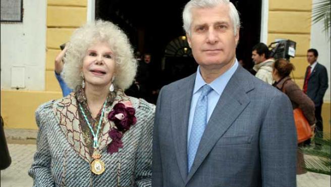 Cayetana de Alba y uno de sus hijos, Carlos (Foto: KORPA).