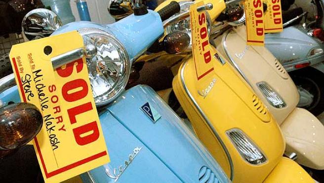 Motos de moda. Varias Vespa en una tienda de Nueva York. Las ventas de estas motos han aumentado en un 65,7 % en el primer semestre del año.