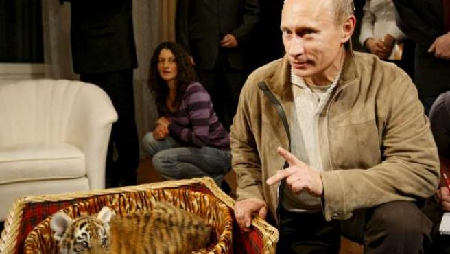 """El ex presidente ruso posa con su """"regalo""""."""