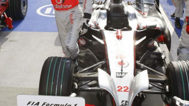 Lewis Hamilton celebra su pole en Japón. (REUTERS)
