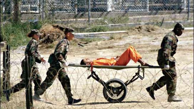 Un preso de Guantánamo, transportado en camilla. (ARCHIVO)