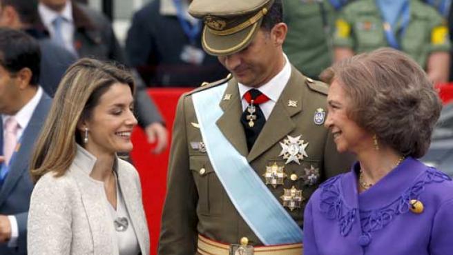La Reina Sofía sonríe a la Princesa Letizia, en presencia del Príncipe de Asturias, durante el desfile militar de este domingo.