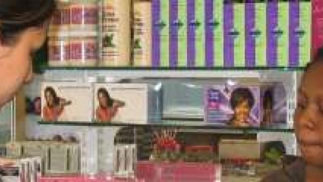 Una mujer inmigrante trabajando en una tienda.
