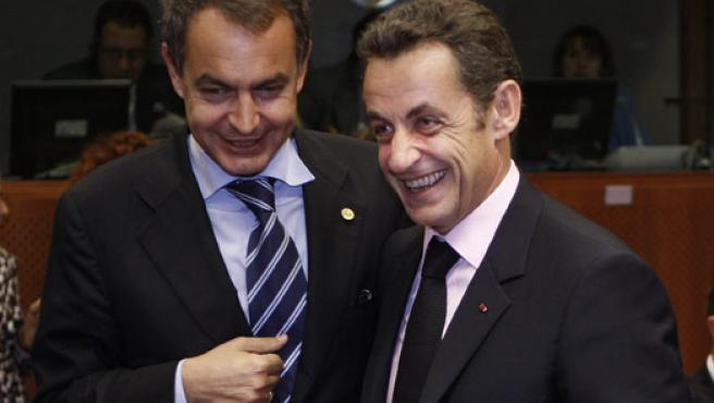 Sarkozy y Zapatero, durante la cumbre de la UE en Bruselas.