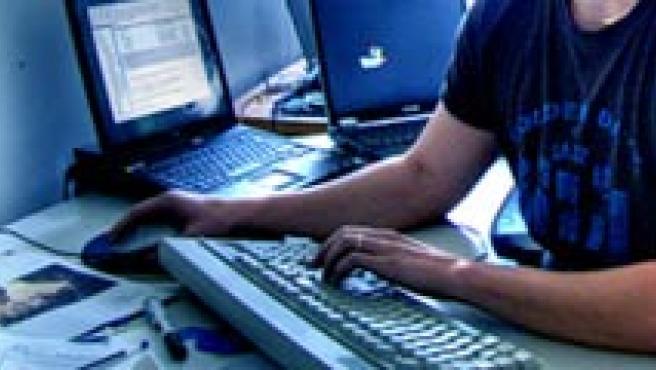 Un internauta navegando con el ordenador.